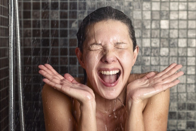 Eine Frau ist kalt duschen und hofft auf die Vorteile