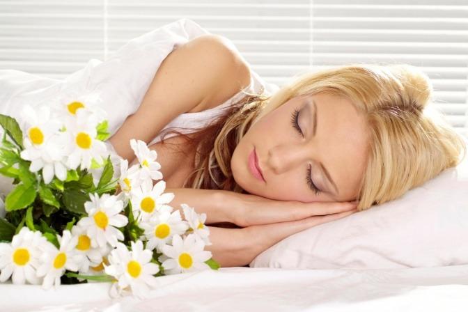 Eine Frau schläft neben Kamille