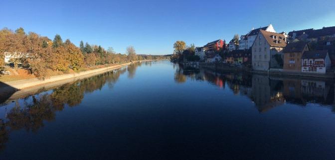Ein Kanal führt bei einer Stadt vorbei