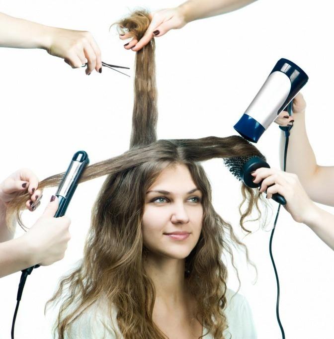 Stylingprodukte wie Föhn und Glätteisen als Ursache für kaputte Haare
