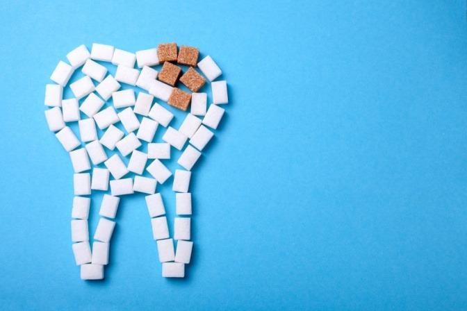 Zuckerwürfel formen Zahn und Karies