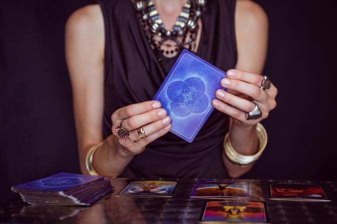 Tarotkarten in der Hand einer Frau