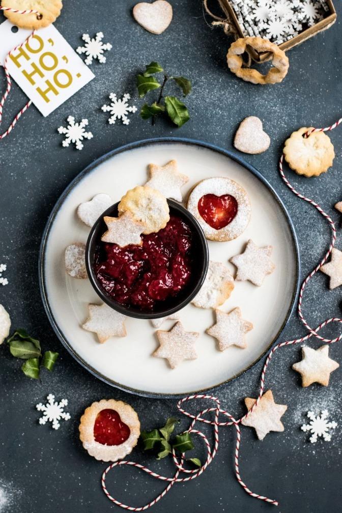 Diverse süße Backwaren die weihnachtlich aubereitet sind