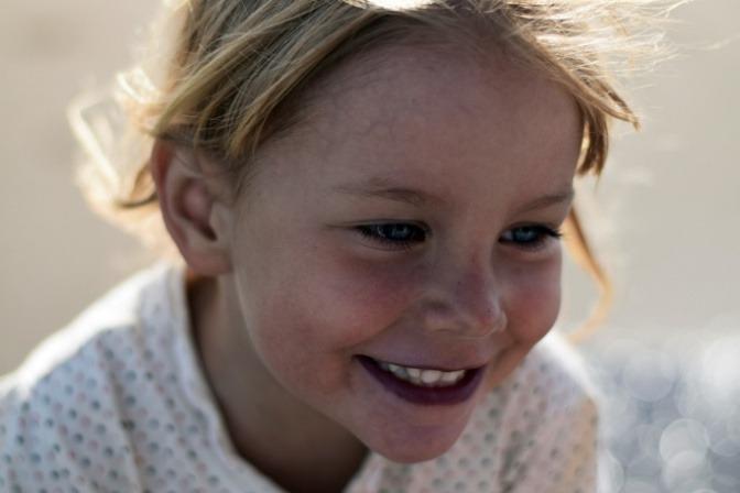 Ein Kind lächelt