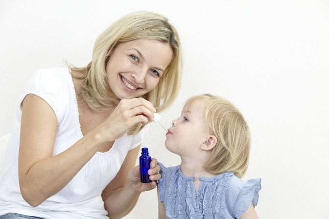 Mutter behandelt Kind mit Bachblüten