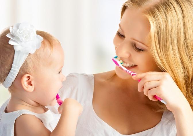 Frau und Kind beim Zähneputzen