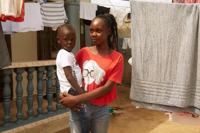Zwei Kinder aus Afrika, die in Armut leben