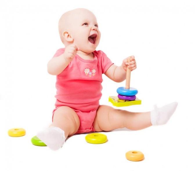 Baby mit Spielzeug.