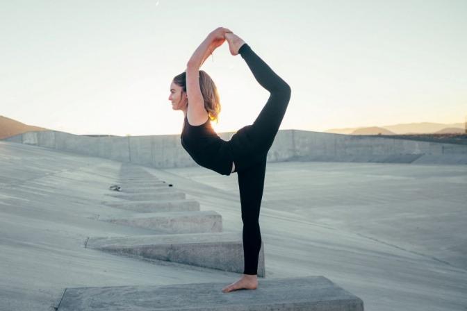 Eine Frau macht Bewegung, um den Knochenstoffwechsel anzuregen