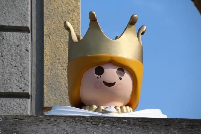 Eine (Lego)Königin steht auf einer Burg