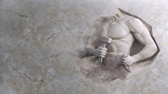 Ein Bild zeigt einen nackten Oberkoerper mit Hammer