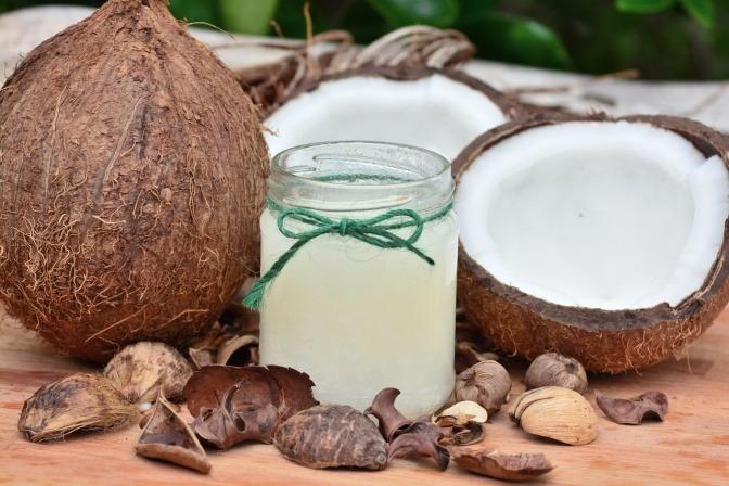 Kokosnüsse und Kokosnussöl