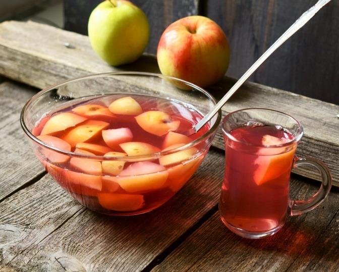 Ein Kompott aus Äpfeln ist angerichtet
