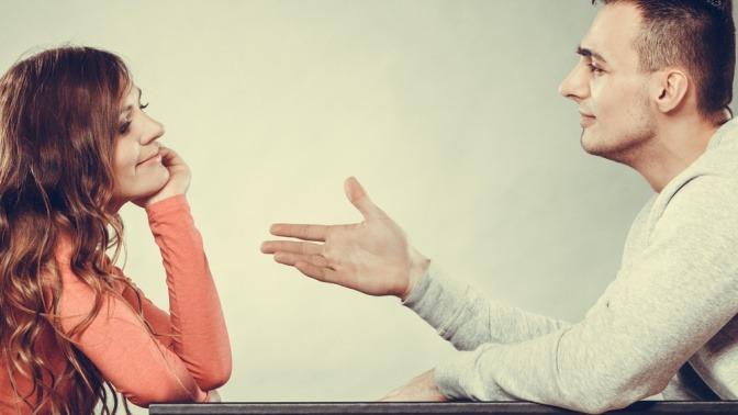 Mann versucht, sich mit seiner Frau zu versöhnen. Beide sitzen am Tisch. Ehemann reicht Frau die Hand.