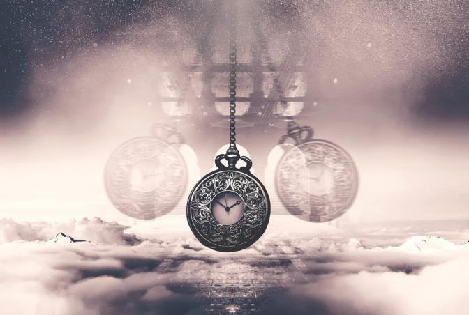 Eine antike Taschenuhr schwebt in der Luft, hinter ihr sind graue Wolken.