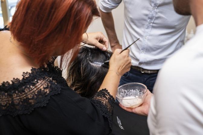 Frau bei Kopfhautpflege im Salon.