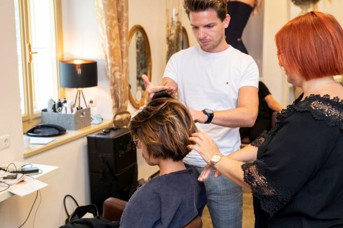 Frau bei Kopfhautberatung im Friseursalon.