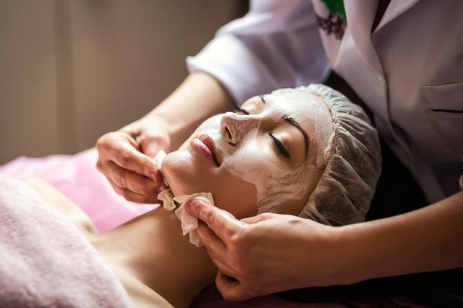 Frau bei der Kosmetikerin um Talg zu entfernen