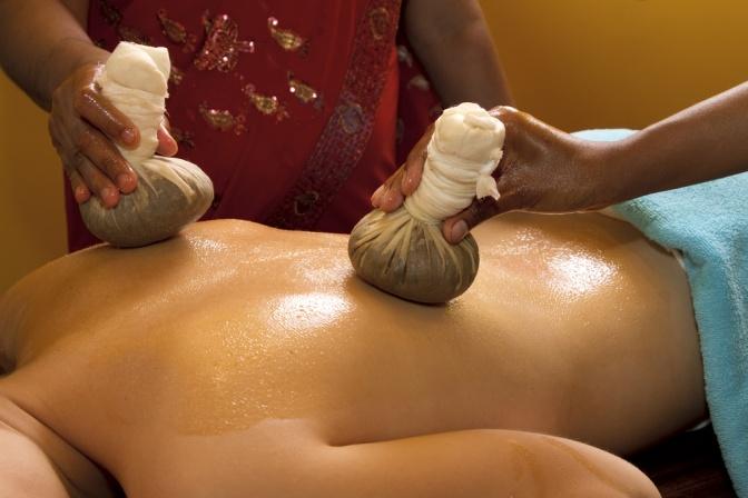 Eine Kräuterstempelmassage wird durchgeführt