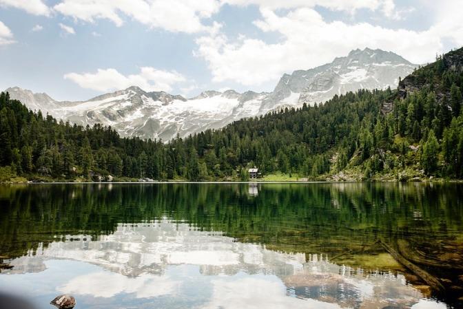 Blick auf die Alpen und den Reedsee in Gastein