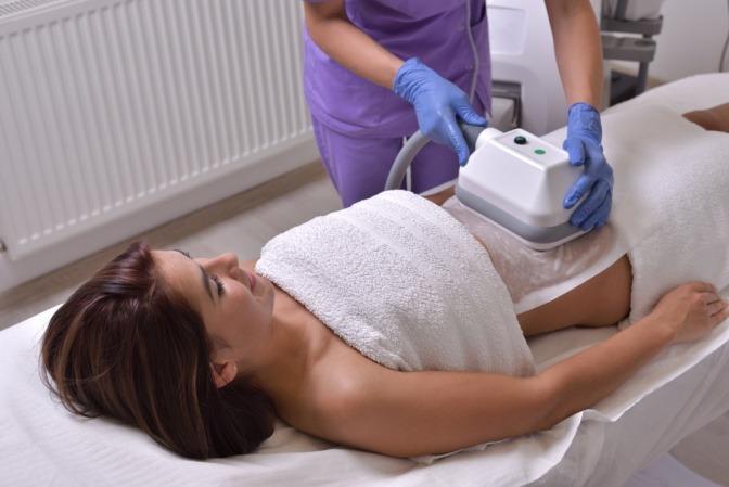 Eine Frau liegt bei der Kryolipolyse in Amstetten