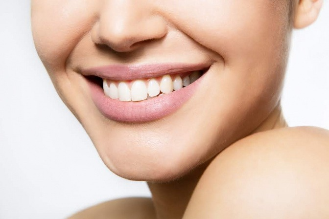 Weiblicher Mund, lächelnd.