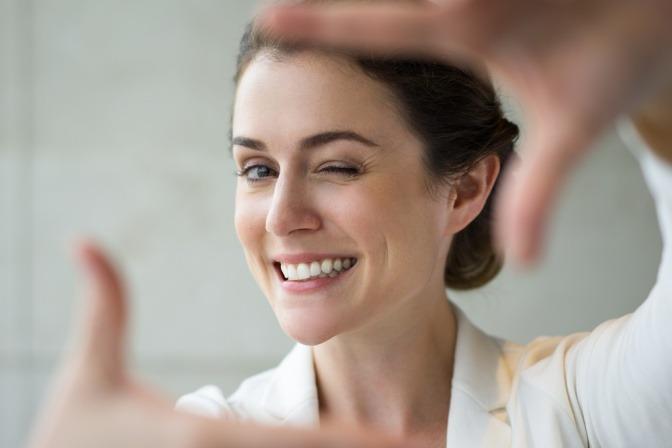 Eine Frau lächelt gegen Stress