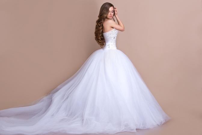 Eine Frau in einem Hochzeitskleid hat lange Haare