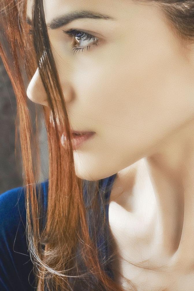 Eine Frau hat schöne Haare am Kopf und gesund wirkende Haut