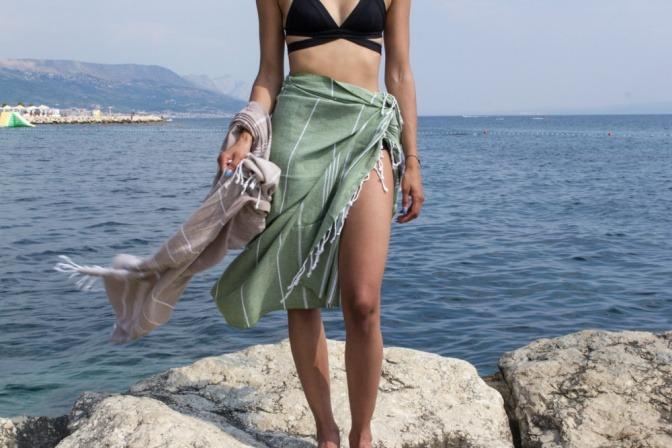 Frau mit Kleid aus einem gebundenen Tuch