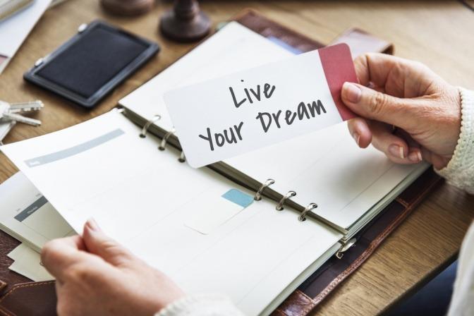 Auf einem Zettel steht die Aufschrift Live Your Dream