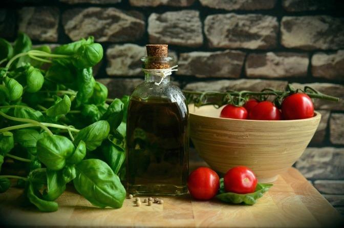 Basilikum, Olivenöl und Tomaten