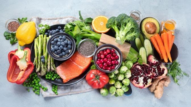 Lebensmittel gegen Rheuma (Obst, Gemüse) sind angerichtet