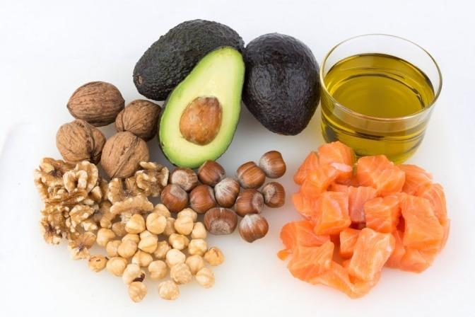 Lebensmittel, die glücklich machen: Nüsse, Lachs, Avocados