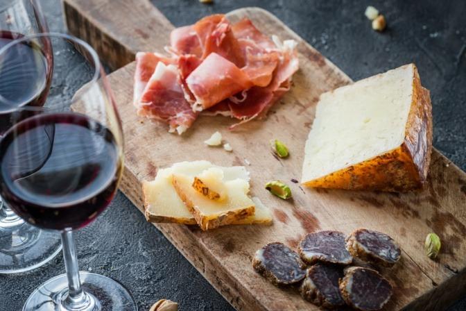 Rotwein, Käse und Wurst