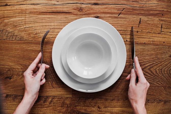 Leerer Teller auf Holztisch