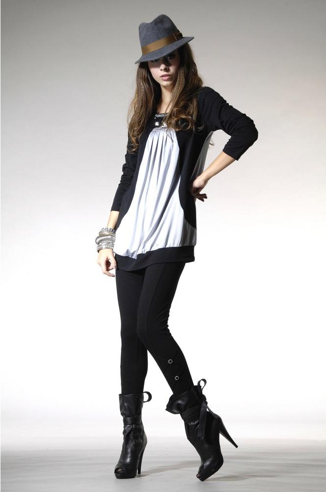 Eine Frau trägt Leggings in Kombination mit langem Shirt