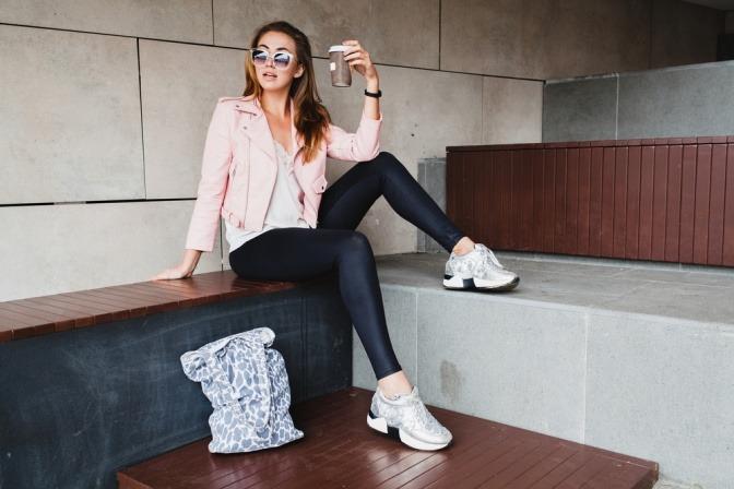 Frau kombiniert Leggins mit Sneakers