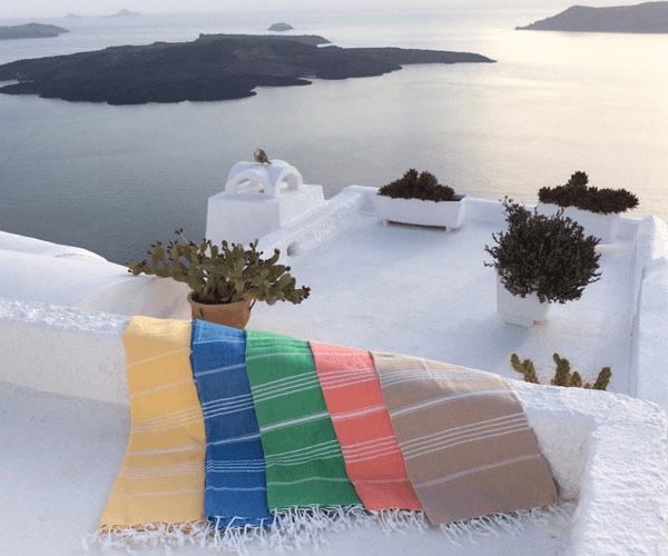 Ausgebreitete LeStoff Handtücher vor dem Meer