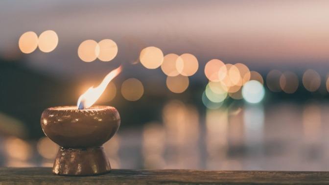 Eine Kerze vermittelt Licht und Geborgenheit