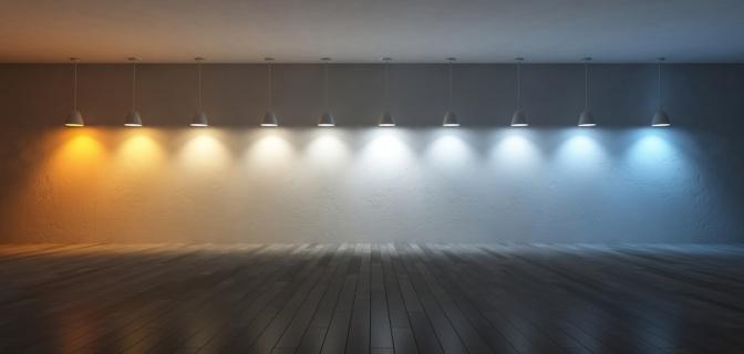 Lampen mit warmem und kaltem Licht leuchten nebeneinander