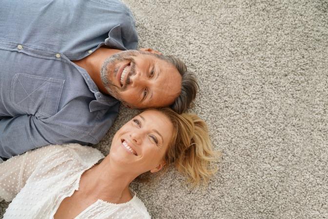 Eine Frau und ein Mann liegen nebeneinander und beweisen ihre Liebe