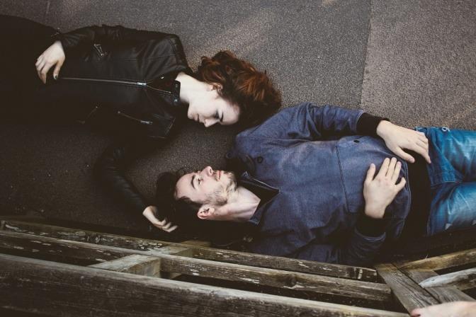 Ein Mann und eine Frau liegen Kopf an Kopf nebeneinander