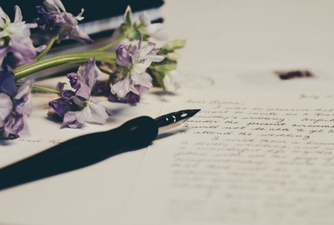 Ein Füller liegt neben einem Liebesbrief