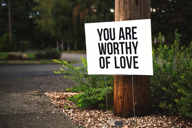 Ein Schild mit der Aufschrift: You are worthy of love!