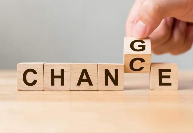 Auf sechs Holzblöcken sind Buchstaben gedruckt, die das Wort Change ergeben. Einer dieser Blöcke wird gerade umgedreht und hat auf der Rückseite den Buchstaben C, wodurch aus dem Wort Chance Chance wird.