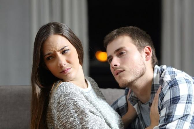 Eine Frau wendet sich von ihrem Partner ab, als der sie küssen will.