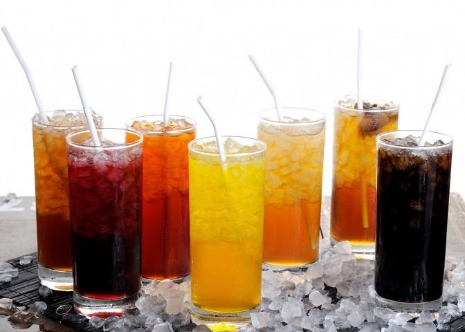 Limonaden mit viel Zucker in Gläsern