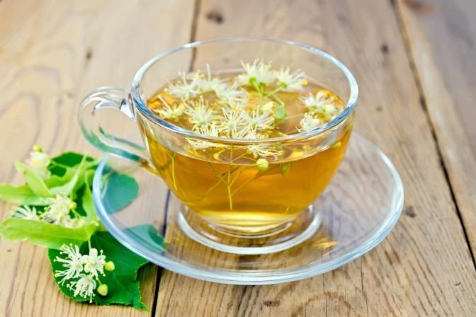 Ein Lindenblüten-Tee steht bereit