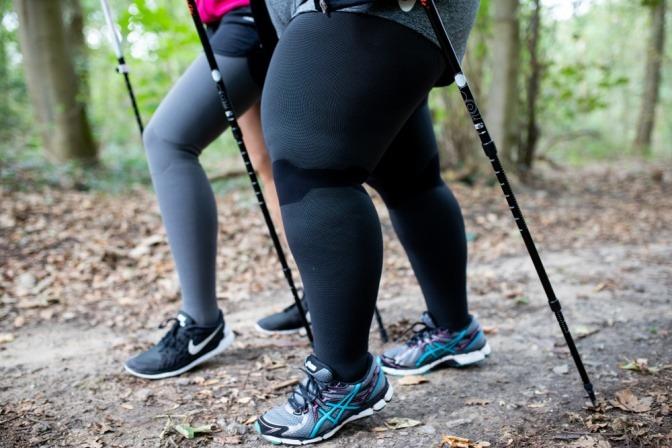 Eine Frau mit Lipödem macht Nordic Walking